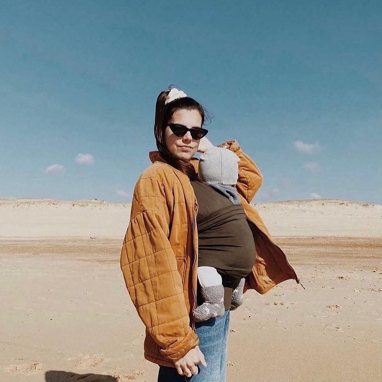 #hearttoheart Dzięki ergonomicznemu nosidełku Mama Hangs możesz mieć dziecko przy sobie i jednocześnie wykonywać codziennie obowiązki. Jest super łatwe w zakładaniu i bezpieczne jak wiązana chusta! Nosidełko umożliwia karmienie piersią, zostało wykonane z